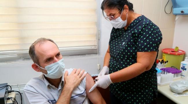 Yerli aşı 'TURKOVAC' İzmir'de gönüllü vatandaşlara ilk kez uygulandı